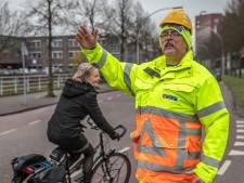 Knalgeel pak, iets te kleine helm en de lach aan z'n kont: verkeersregelaar Johan (62) is wereldberoemd in Zwolle