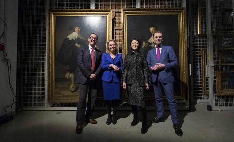 Pijbes in 2016 naast de cultuurministers Fleur Pellerin en Jet Bussemaker en Louvredirecteur Jean-Luc Martinez, bij het maken van afspraken over twee Rembrandt-portretten die Frankrijk en Nederland samen hebben gekocht. Beeld ANP