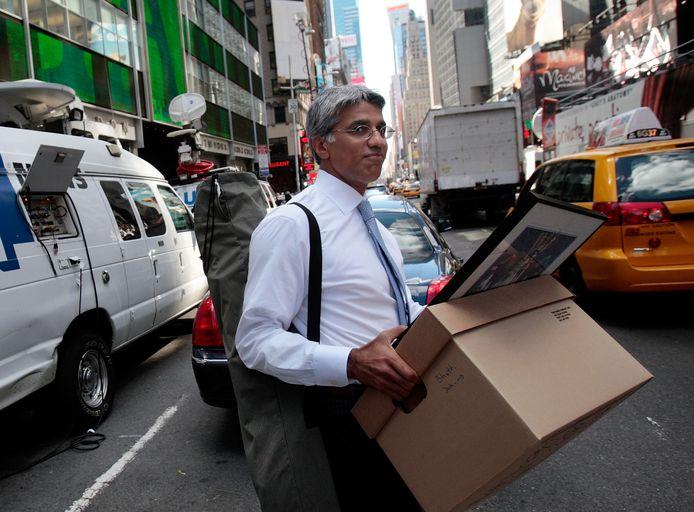New York, 2008. Een medewerker van Lehman Brothers is de laan uitgestuurd.