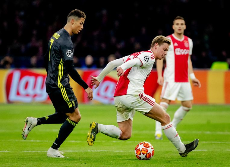 Uitblinker Frenkie de Jong in duel met Cristiano Ronaldo Beeld ANP
