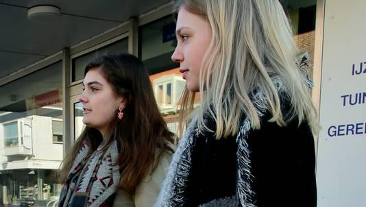 Esmee van der Linden (links) en Lisa Stam onderzochten de deportatie.