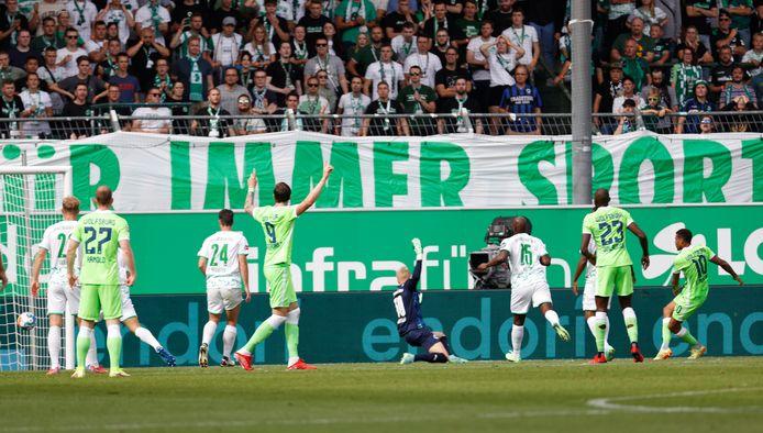 Nick Viergever (24) en Jetro Willems (15) kunnen niet voorkomen dat Lukas Nmecha (r) scoort namens Wolfsburg.