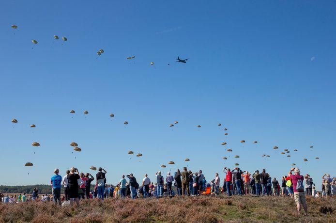 De dropping tijdens de Airborne Herdenking op de Ginkelse Heide in 2019.