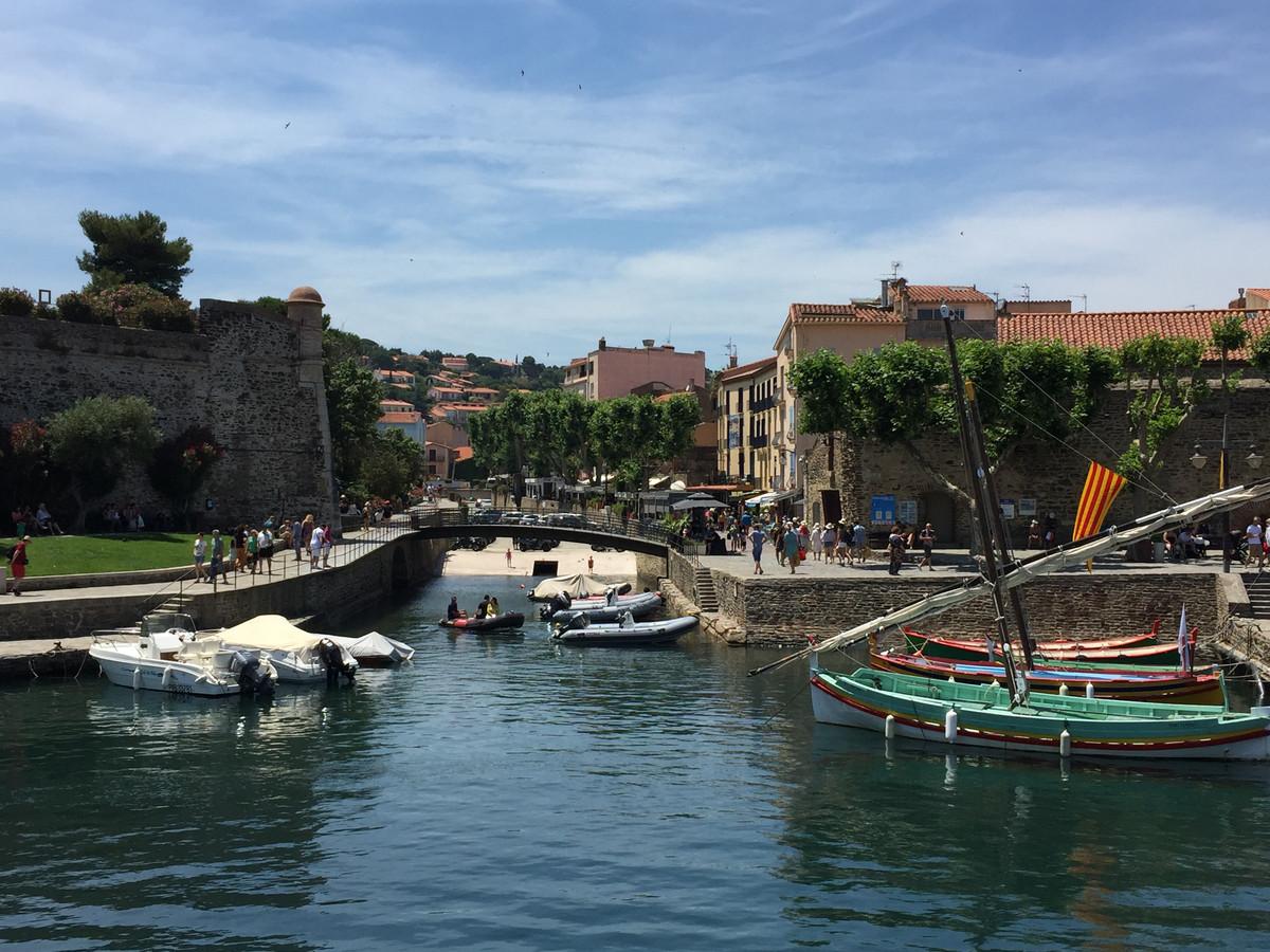 Collioure, voisine sublime d'Argelès-sur-Mer, à visiter à pied ou par bateau plutôt qu'en voiture