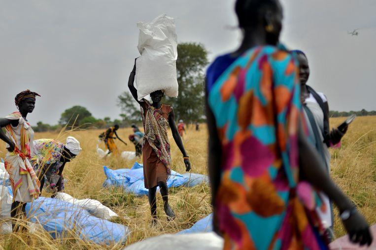 Dropping van voedsel en noodhulp door het World Food Programme in Ayod, Zuid-Soedan. Na wekenlang geruzie binnen de coalitie is een akkoord bereikt over extra geld voor ontwikkelingssamenwerking. Beeld Hollandse Hoogte / AFP