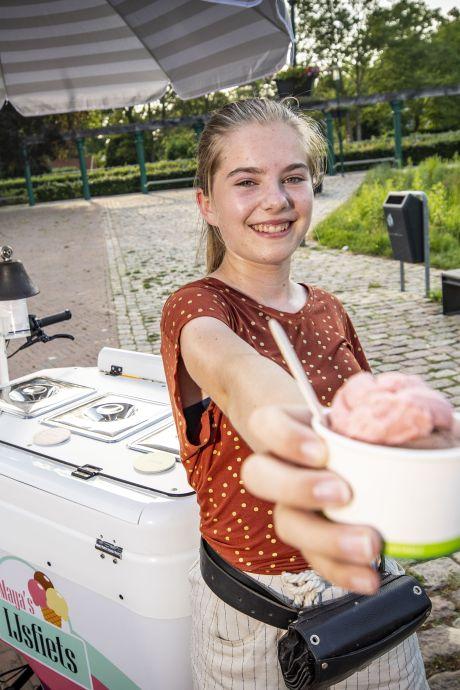 Maya (14) crost Enschede en omgeving rond met haar eigen ijscokar: 'Ik vind het heel gezellig om te doen'