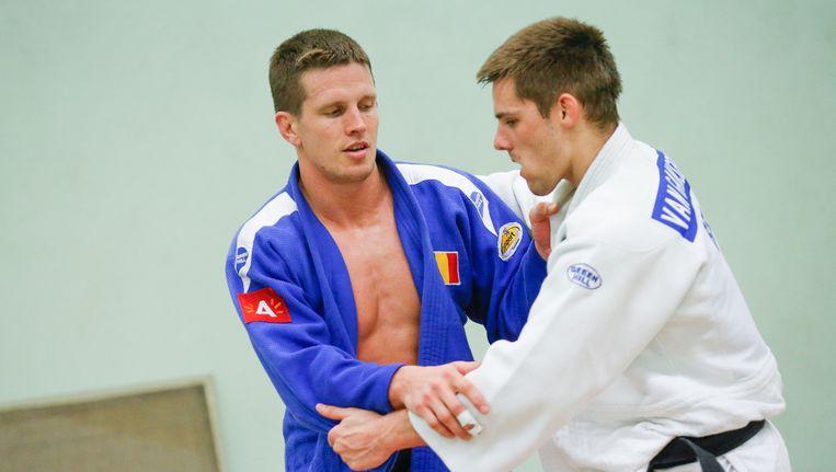 Van Gansbeke (R) in actie met Dirk Van Tichelt. Beeld BELGA