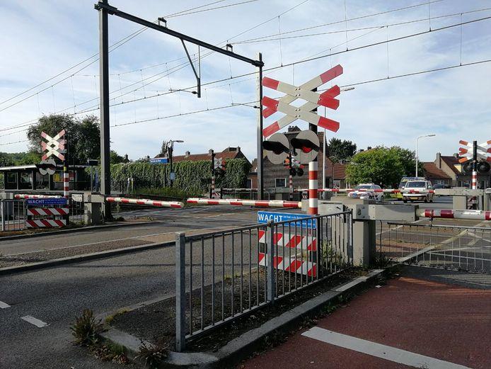 De overgang bij station Almelo de Riet zit dicht deze ochtend