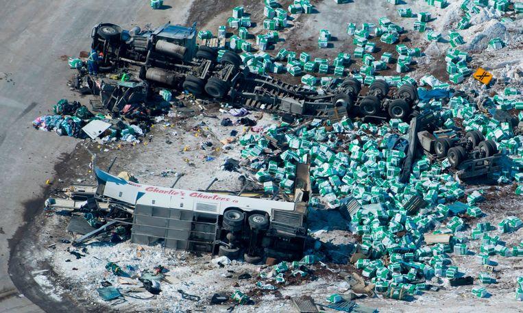 De ravage is groot na de crash tussen een vrachtwagen en de spelersbus van de Humboldt Broncos.  Beeld AP