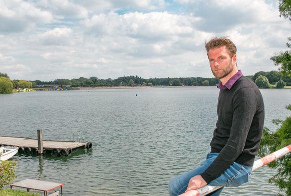 De Ster-directeur Pieter Debaets aan de grote vijver, waar een veerboot de oversteek zal maken.