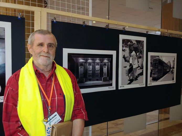 Johan De Grande bij een gedeelte van zijn tentoongestelde foto's aan de Universiteit van Brasov