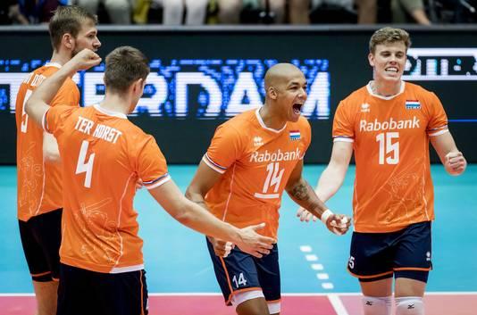 Het Nederlands volleybalteam viert een punt in de wedstrijd tegen België op het olympisch kwalificatietoernooi