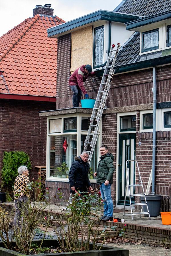 Ramen moesten dichtgetimmerd worden aan de Havezatelaan in Deventer na de nieuwjaarsnacht.