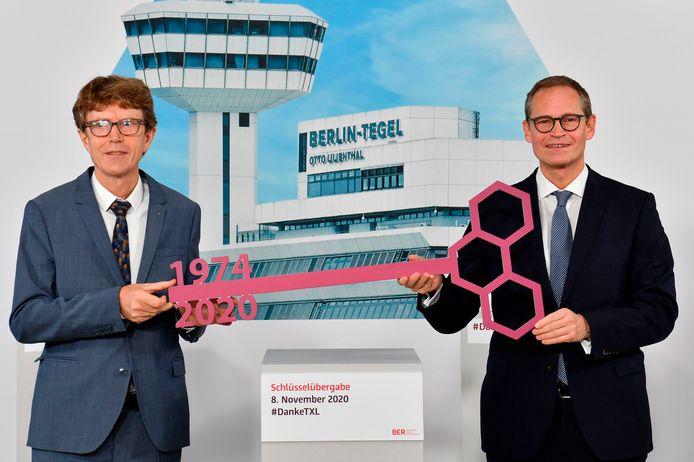 Berlijns burgemeester Michael Müller (rechts) overhandigt de 'Tegel-sleutel' aan Engelbert Lütke Daldrup, de CEO van de nieuwe BER-luchthaven.