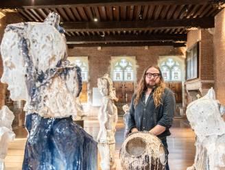 """Kunstenaar Johan Tahon (55) blij verrast met bezoek van koning Filip: """"Wat een eer dat hij puur voor de tentoonstelling naar Oudenaarde komt"""""""