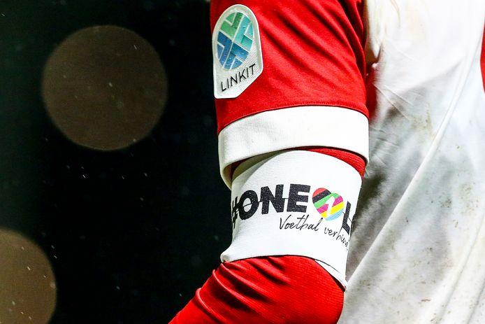 Afgelopen seizoen werd de band ook gedragen in het Nederlandse betaald voetbal.