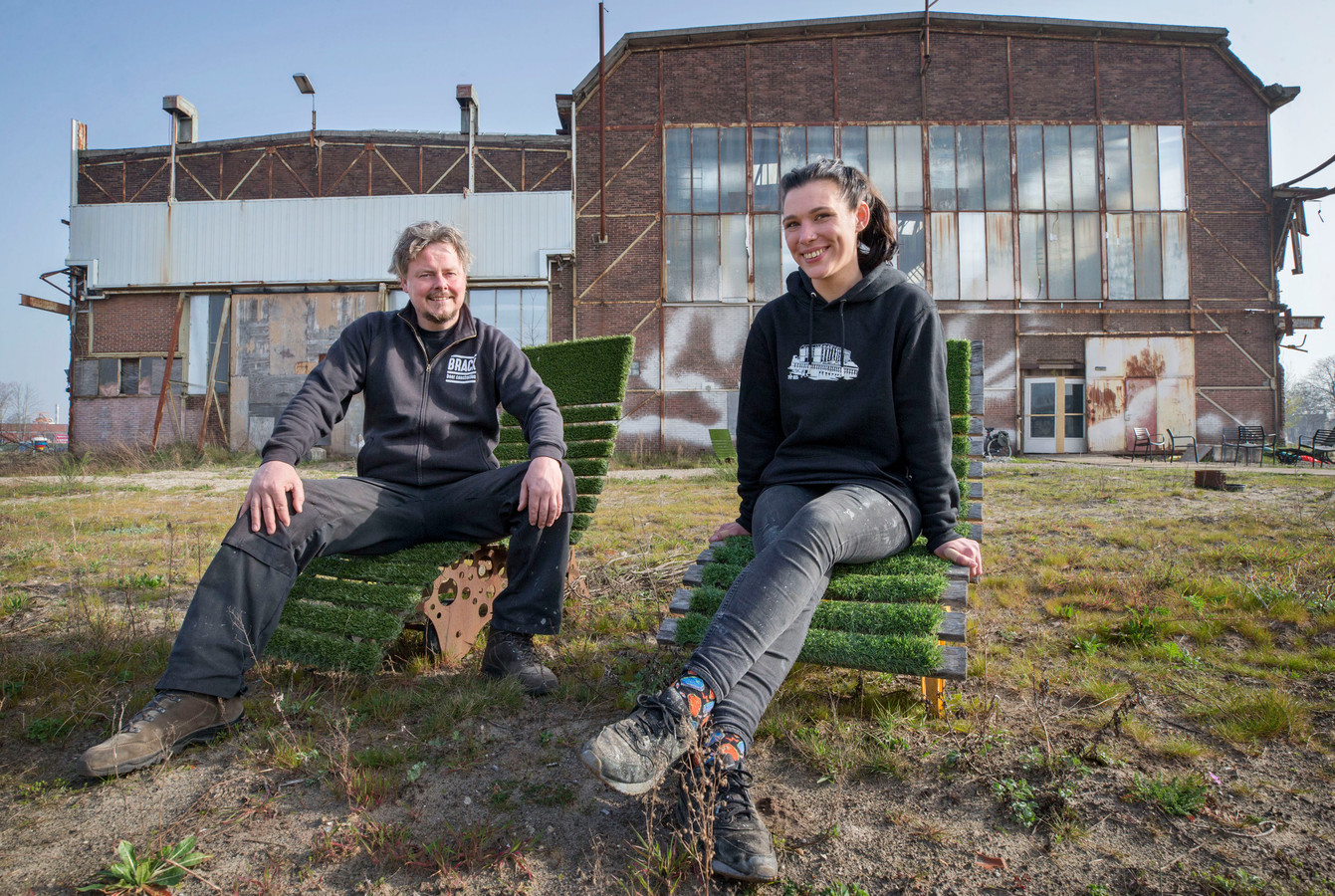 Tim van den Burg en Lotte van Boxtel voor de nieuwe locatie van proeflokaal Brack op het Havenkwartier aan de Speelhuislaan.