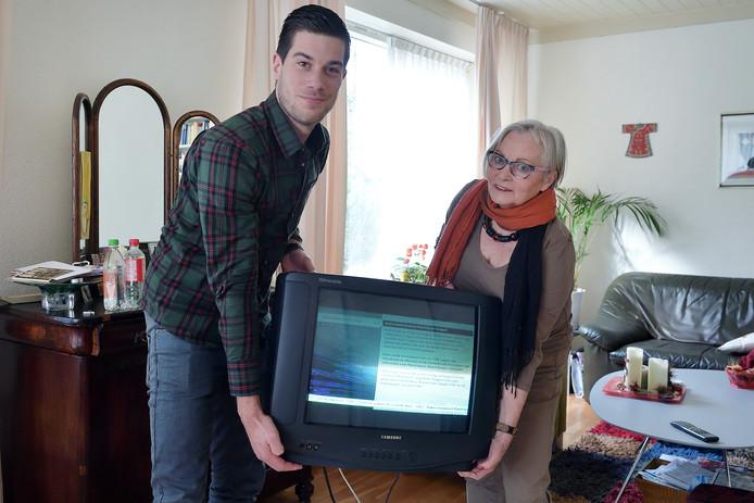 Tom Hayes (l) en Johny van Hoeve kijken zes weken lang geen tv.