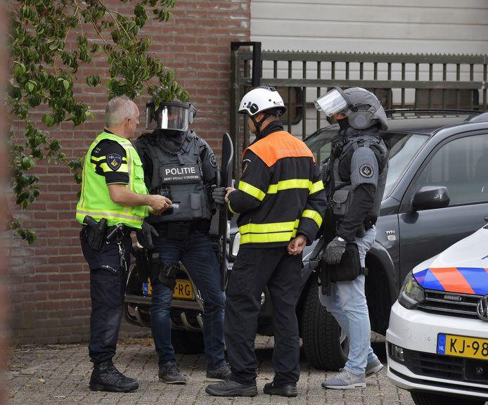 Een arrestatieteam is aanwezig om de persoon uit de woning te halen.