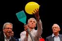 Nobelprijswinnaar Eric Masking, Wolfgang Ketterle en Michael Rosbash (vlnr) reikten de schertstrofeeën uit.