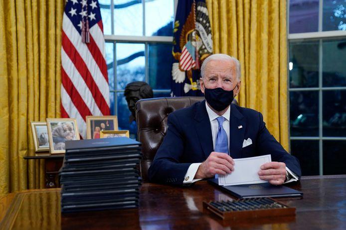 Joe Biden dans le bureau ovale, ce 20 janvier, quelques heures après son investiture. Le président américain a déjà signé une série de décrets dont le retour dans l'accord de Paris sur le climat.