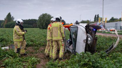 Auto belandt in weiland na crash