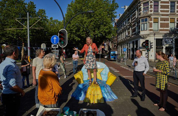Judith Bokhove in juni tijdens een feestelijke bijeenkomst rond de afsluiting van een rijbaan op de 's Gravendijkwal.