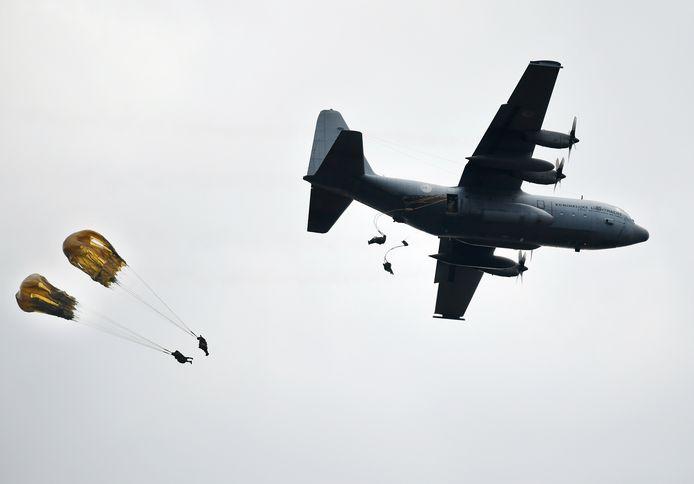 Parachutisten springen uit een C-130 Hercules transportvliegtuig. Een vergelijkbare oefening staat ook op het progamma van Falcon Leap.