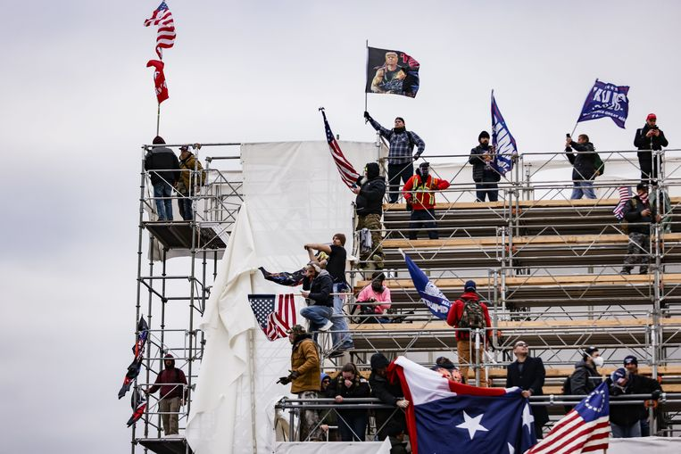 Op 6 januari bestormden aanhangers van president Trump het Capitool in Washington, uit woede over de ratificatie van Joe Biden als volgende president van de Verenigde Staten. Biden won de verkiezingen in november 2020 van Trump, maar die weigerde zijn verlies te erkennen. Beeld AFP
