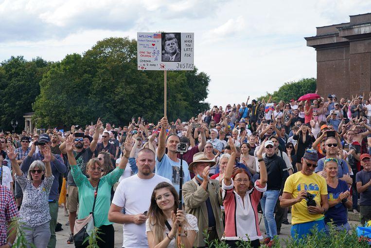Coronademonstranten luisteren naar Robert F. Kennedy Jr, tijdens een demonstratie in Berlijn.  Beeld Getty Images