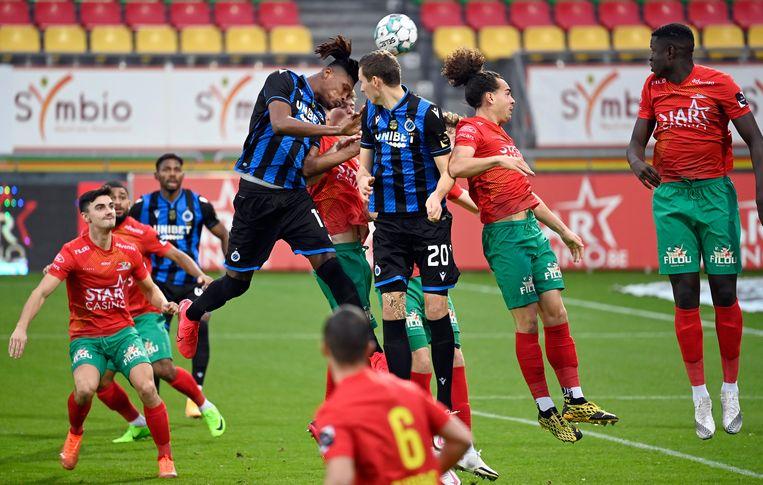 Club Brugge-verdediger Simon Deli kopt de bal naar het Oostendse doel tijdens de vorige speeldag. Beide clubs worden gesponsord door een gokkantoor. Beeld Photo News