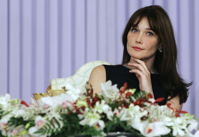Carla Bruni in 2008 als ze luistert naar een speech van Sarkozy. Beeld afp