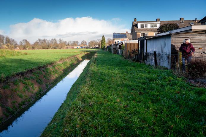 Op het veld (rechts) tussen de Lewe van Aduardstraat en het Zettense pad in Zetten is een nieuwe algemene begraafplaats voorzien. De nieuwe begraafplaats verdeelt het dorp.