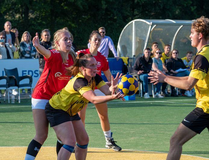 Fortis-korfbalster Joyce Schoonaard speelt in het duel met Merwede de bal naar Milo van der Meulen, die doorgebroken is.
