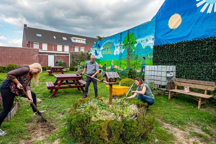 Van gure stortplek naar parkje voor de buurt: Dorien Zonneveld (links), Ad Jansen en Maaike de Bruin aan het werk in 'hun' Groesenpark'.