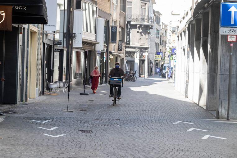 De pijlen op de grond zorgen voor een eenrichtingsverkeer zodat winkelende mensen elkaar zo weinig mogelijk kruisen.