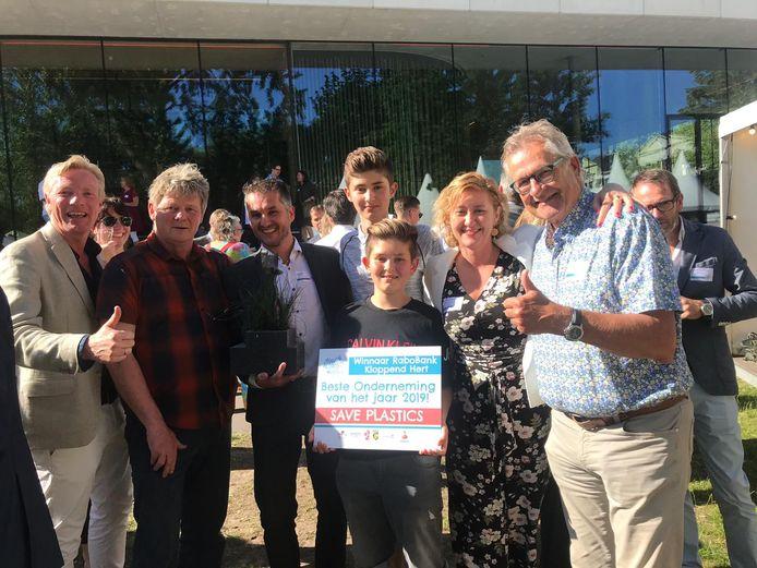 Feeststemming tijdens 'Arnhem proeft!' rond Save Plastics. Vlnr wethouder Jan van Dellen, Reinout Groen, Bram Peters, zijn zonen Silvijn en Thijn, zijn vrouw Marloes en Gerard Peters.