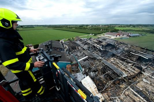 De afgebrande Knorhof vanuit de hoogwerker.