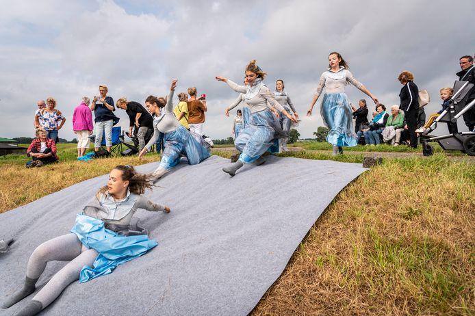 De meer dan zestig spelers, musici en dansers namen de wandeltoeschouwers mee in een triest Keents-Balgoys-geheim bij wassend water.