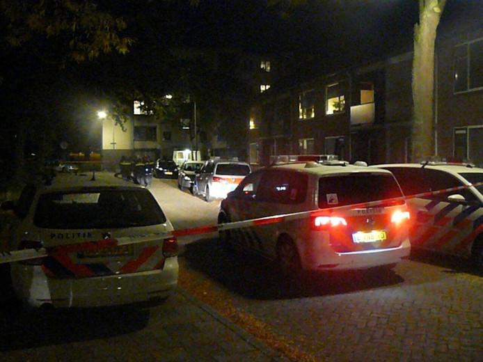 De politie heeft een deel van de straat afgezet. Foto: GinoPress B.V.