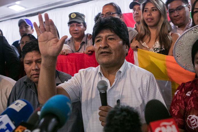 De Boliviaanse president Evo Morales kondigt de kandidaatstelling van Luis Arce aan.