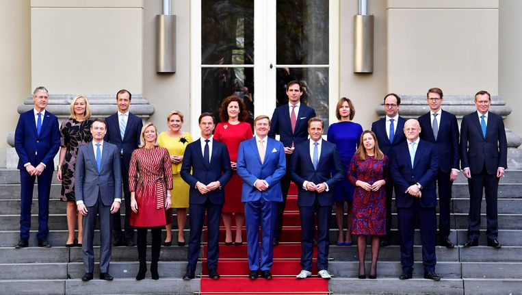 Koning Willem-Alexander staat op het bordes met de nieuwe Nederlandse regering. Beeld anp