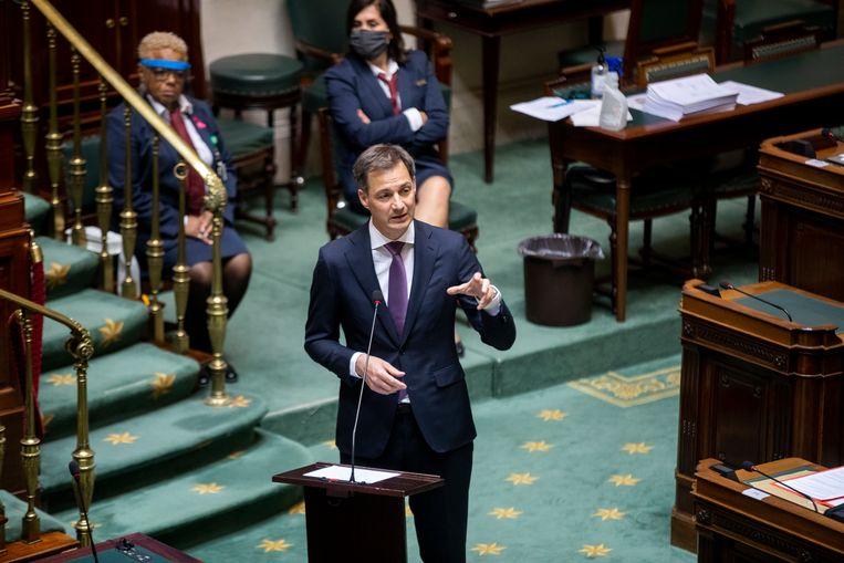 Premier Alexander De Croo verdedigt het loonakkoord in de Kamer. Zijn regering heeft daarmee het eerste grote sociaal-economische dossier ontmijnd, maar de interpretaties blijken te verschillen. Beeld BELGA