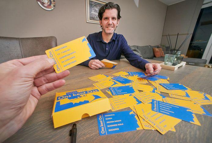 Nestor Rodriguez bedacht met vrienden en familie meer dan honderd kaartjes vol Osse begrippen voor Ons Kent Oss.