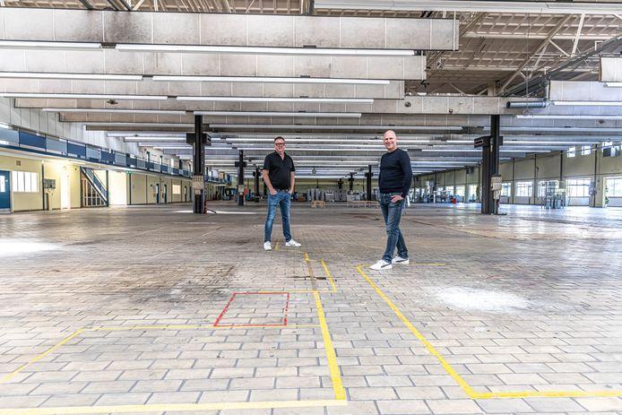 Rob Drost en Arjan Biel in de enorme ruimte waar de elektrische kartbaan moet komen.