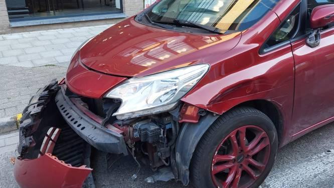 Geparkeerde auto voor bakkerij zwaar beschadigd na aanrijding met vluchtmisdrijf