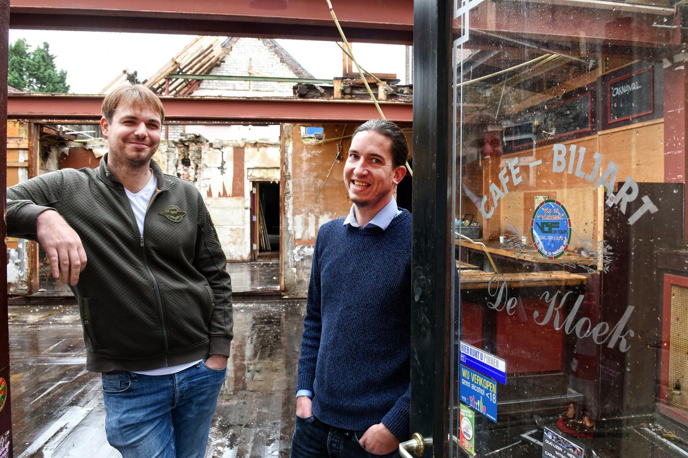 OOSTERHOUT - Pix4Profs/Casper van Aggelen - Guido Mols en Frans van Gurp poseren in de Kloek zonder dak.