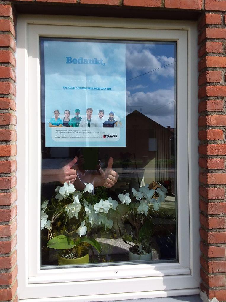 Een poster van twee verpleegkundigen die in het Ziekenhuis Oost-Limburg werken. Zij kunnen hun collega's helaas niet steunen wegens isolatie, maar met de posters drukken ze alsnog hun dank uit.