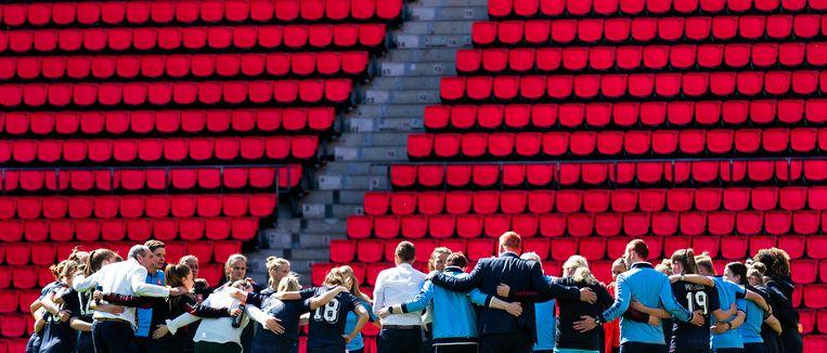Spelers en staf van FC Twente komen nog een keer bij elkaar na de wedstrijd tegen PSV.  Beeld Klaas Jan van der Weij