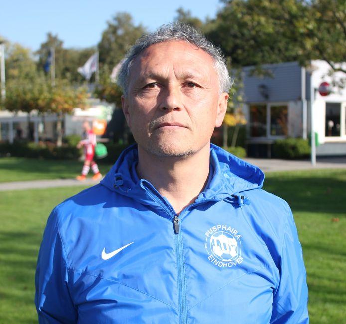 Rudy Wetzel op archiefbeeld als trainer van Pusphaira .
